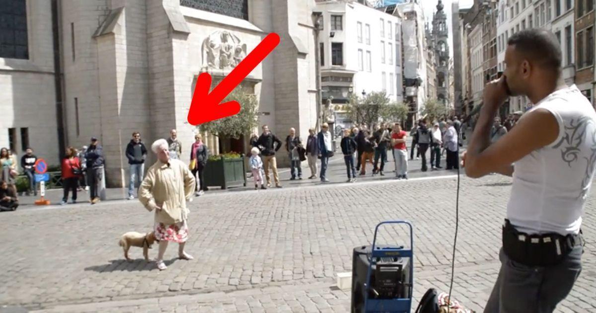 Una anciana se pone a bailar en plena calle al ritmo de un músico callejero   La nube de algodón