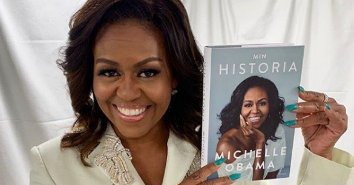 Michelle Obama muestra su cabello rizado al natural durante conferencia de su libro