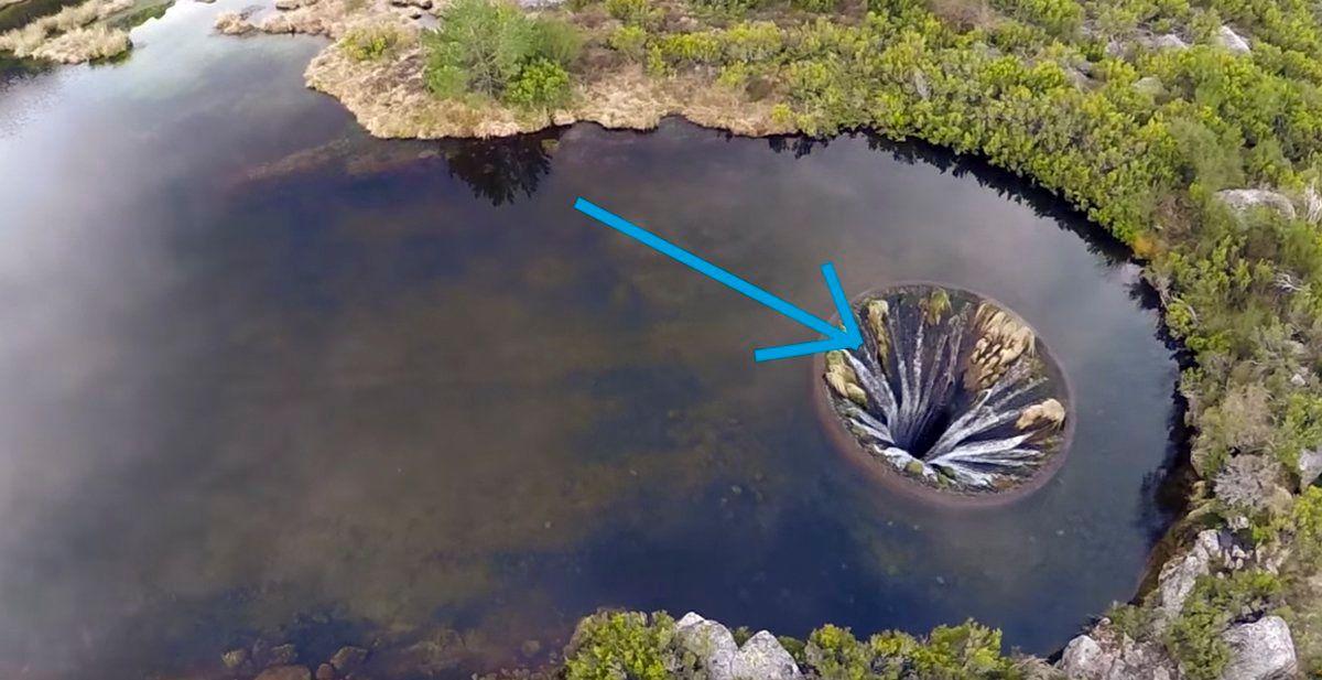 Un dron capta un misterioso y enorme agujero en mitad de un río