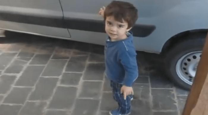 Padre utilizando la psicología inversa con su hijo de 5 años para salirse con la suya