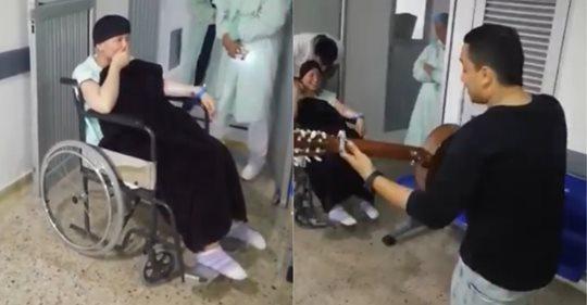 Con una serenata, novio le pidió matrimonio a mujer con cáncer en un hospital