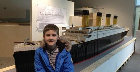 Un niño autista construye la más grande réplica del Titanic en el mundo con Legos