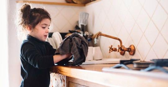 Niños que ayudan con tareas del hogar desarrollan habilidades para convertirse en adultos exitosos