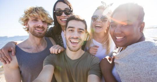 Ir a la playa ayuda a mejorar la salud mental y promueve la felicidad
