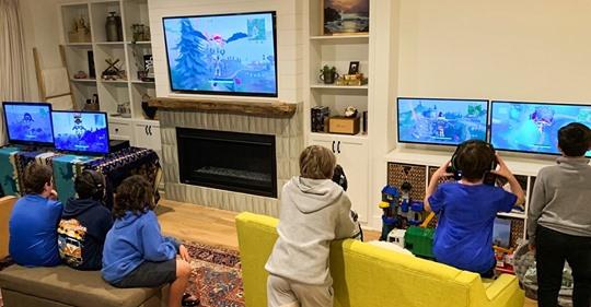 Si tu hijo pasa horas viendo videos de otros niños jugando videojuegos, es momento de que sepas por qué lo hace
