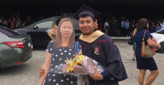 Estudiante llevó la foto en tamaño real de su madre fallecida a su graduación