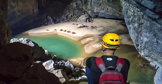 Así es acampar en una de las cuevas más grandes del mundo, que tiene hasta «playa» propia