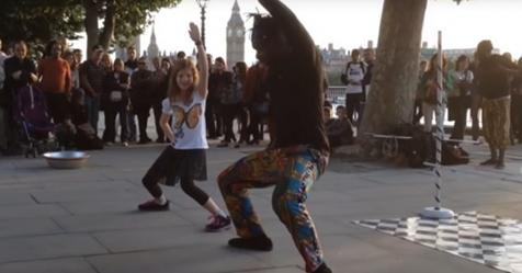 Pequeña se une a artistas callejeros para montar un espectáculo espontáneo