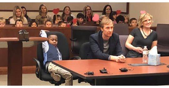 Niño llevó a todos sus compañeros del kinder a su audiencia de adopción
