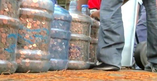 Un hombre recoleta centavos durante más de 45 años, el cajero del banco queda impactado por el valor total.