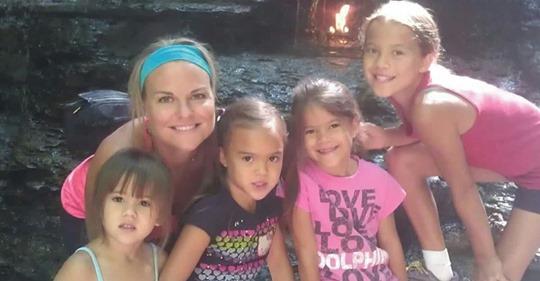 Esta mujer adoptó a las cuatro hijas de su amiga que murió de cáncer.