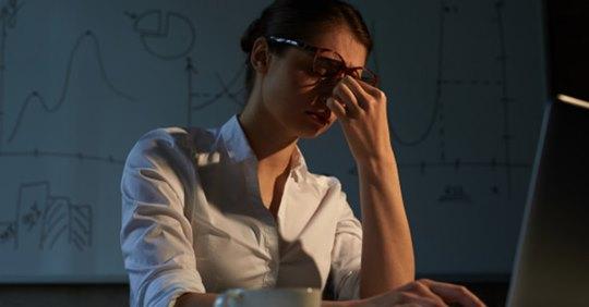 Trabajar más de 50 horas a la semana podría causar derrame cerebral, advierte estudio