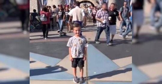 Un niño posa en Disneyland cuando extraños ven a un hombre que se le aproxima a través de la multitud