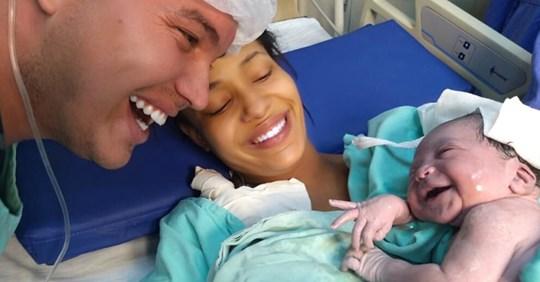 Papá decidió hablarle durante meses a su bebé que estaba en el útero de su madre. Cuando ella nació le sonrió