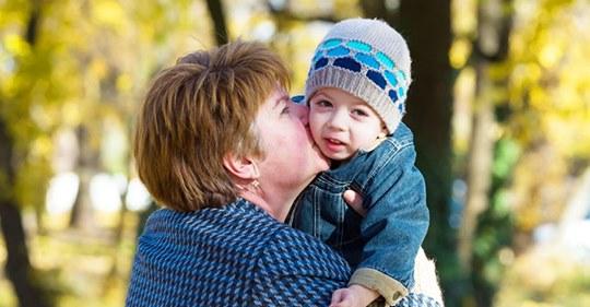 Les enseñan a los niños a cómo rechazar los besos de sus abuelas