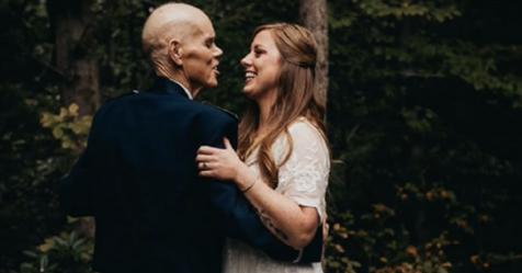 Mujer abandona sesión fotográfica de compromiso para grabar un video con su padre antes de que fallezca