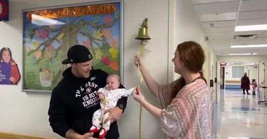 Bebé logra vencer el cáncer y toca la campana de la vida