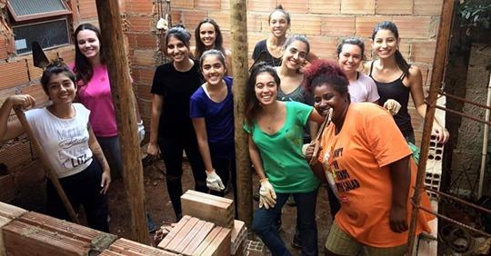 Arquitecta capacita a mujeres con pocos recursos para renovar y construir sus propias casas