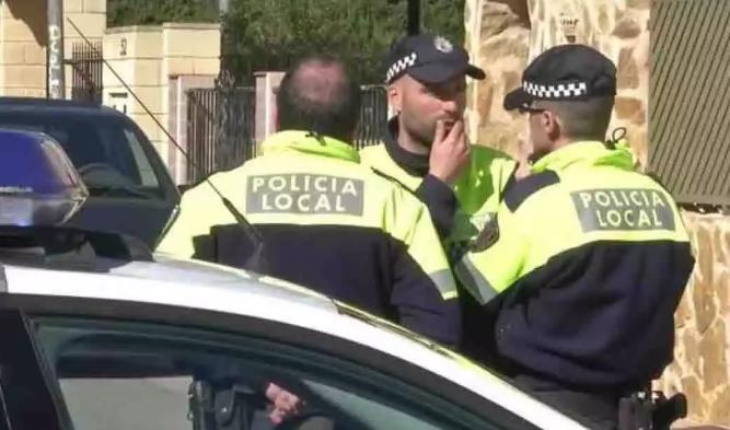 Sola, sin comer y entre basura. Así se encontró la Policía a una niña de 7 años en Asturias