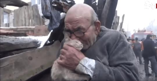 Anciano se aferra a su gatito tras perder todas sus cosas en un fuerte incendio