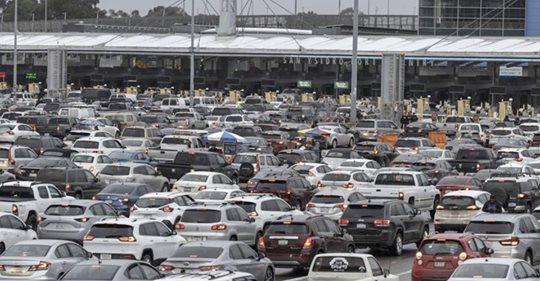 Mexicanos bloquean frontera para evitar que entren estadounidenses contagiados por Covid 19