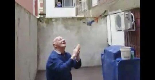 Video: abuelito vive solo, cumplió 95 y sus vecinos le cantan feliz cumpleaños desde los balcones
