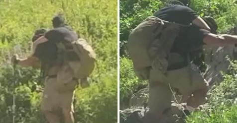 Los excursionistas miran más de cerca la mochila del hombre y se dan cuenta de que lleva a un compañero marine que resultó herido en combate