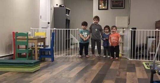 Una pareja del mismo sexo adoptó a tres hermanos biológicos para que pudieran mantenerse juntos