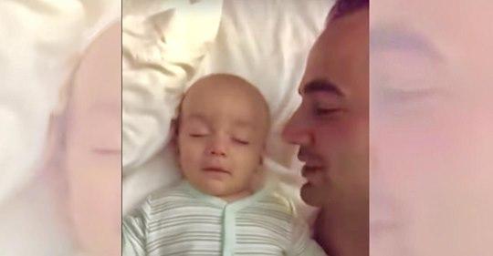Un papá graba la preciosa reacción de su bebé dormido cuando le susurra