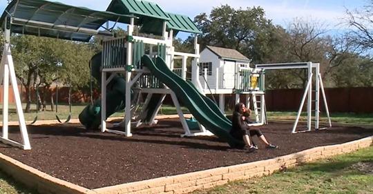 Vecinos demandan a familia por haberle construido un jardín de juegos a su hijo enfermo