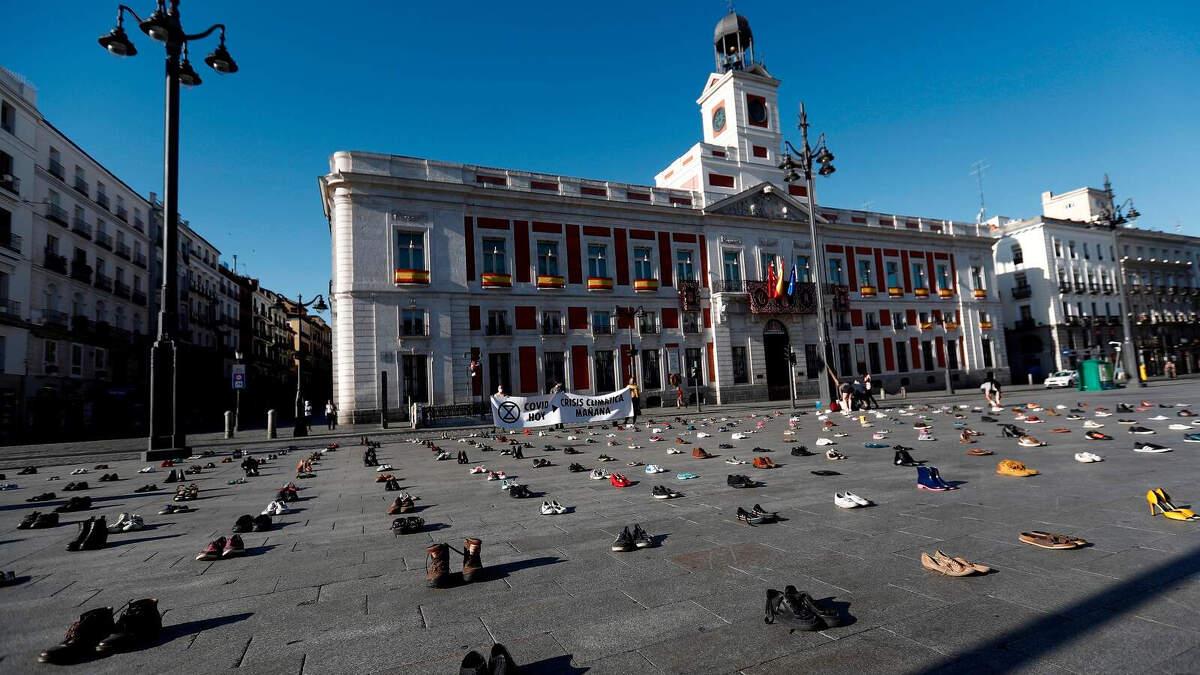 Plazas de toda España amanecen llenas de zapatos en una sorprendente iniciativa post coronavirus