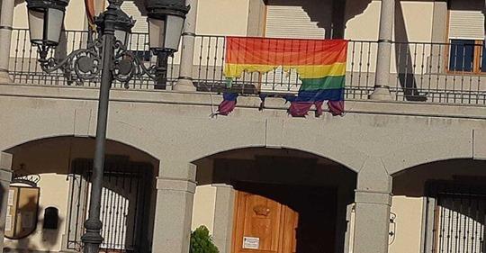 Queman la bandera arcoíris de la fachada del ayuntamiento de un pueblo de Toledo