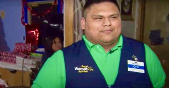 Joven cajero le paga la cuenta del supermercado a una cliente