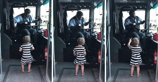 Un conductor de autobús se detiene y baila junto a una niña