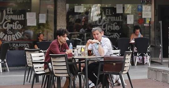 Escaso uso de la mascarilla en las terrazas de Madrid en el primer día de su obligatoriedad: Si no me la quito me asfixio