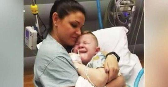 Mamá entra a consolar a su estresado hijo luego de una cirugía y se encuentra a la enfermera acurrucada con él en la cama