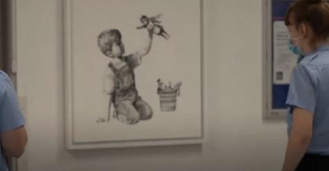 Hospital es animado con una emotiva obra de arte de Banksy en apoyo de los trabajadores de la salud