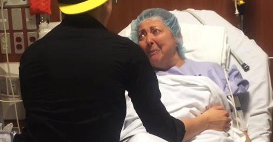 Angustiada madre se somete a una operación, pero su hijo recorre más de 7.000 km para acompañarla