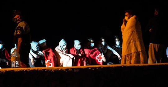 Al menos seis inmigrantes muertos y 28 supervivientes al volcar una patera en Lanzarote