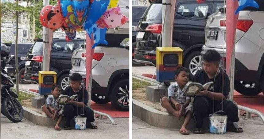 Mientras vende globos en la calle, cuida y enseña a leer a su hermanito menor