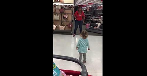 Mamá se encuentra a su hija bailando con una empleada de una tienda de departamento y de inmediato saca su cámara