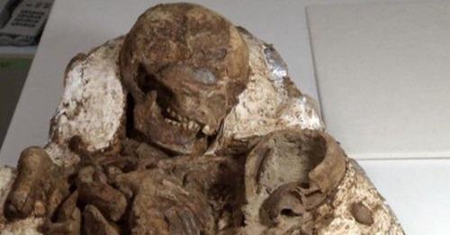 Encuentran un fósil de 4.800 años de una mamá abrazando a su bebé