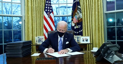 Joe Biden arranca su presidencia con una batería de 15 decretos que deshacen el legado de Donald Trump