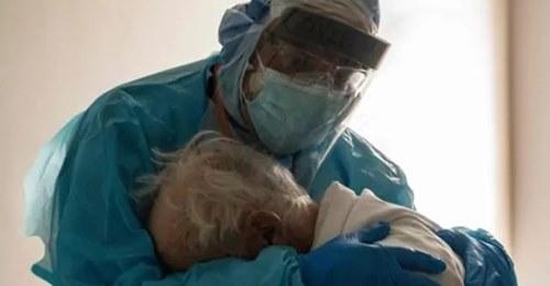 La historia que se esconde detrás de la fotografía del médico abrazando a un anciano con Covid-19