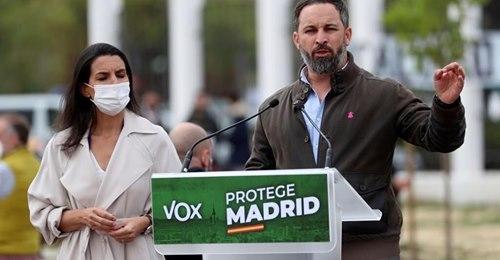 Detenido un tuitero por desear que Abascal y Monasterio sean colgados del Puente de Vallecas