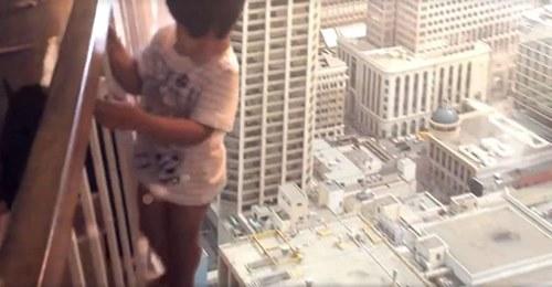 ¿Quieres saber que hace este niño colgado del balcón? Vas a alucinar