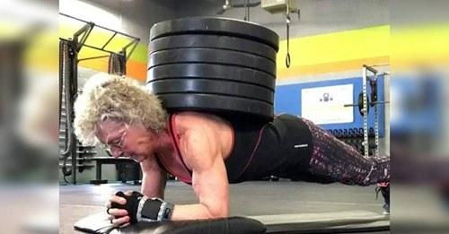 A los 71 años rompe récords levantando pesas aunque le dicen que es muy riesgoso
