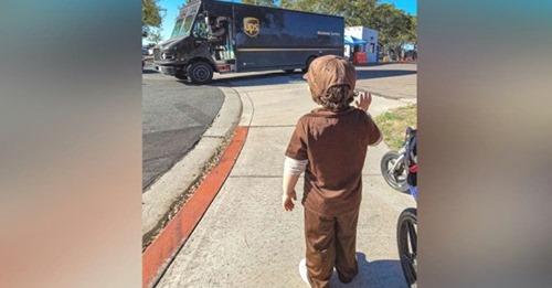 Un niño de 3 años conmociona a los repartidores mientras esperaba con ilusión ver el camión