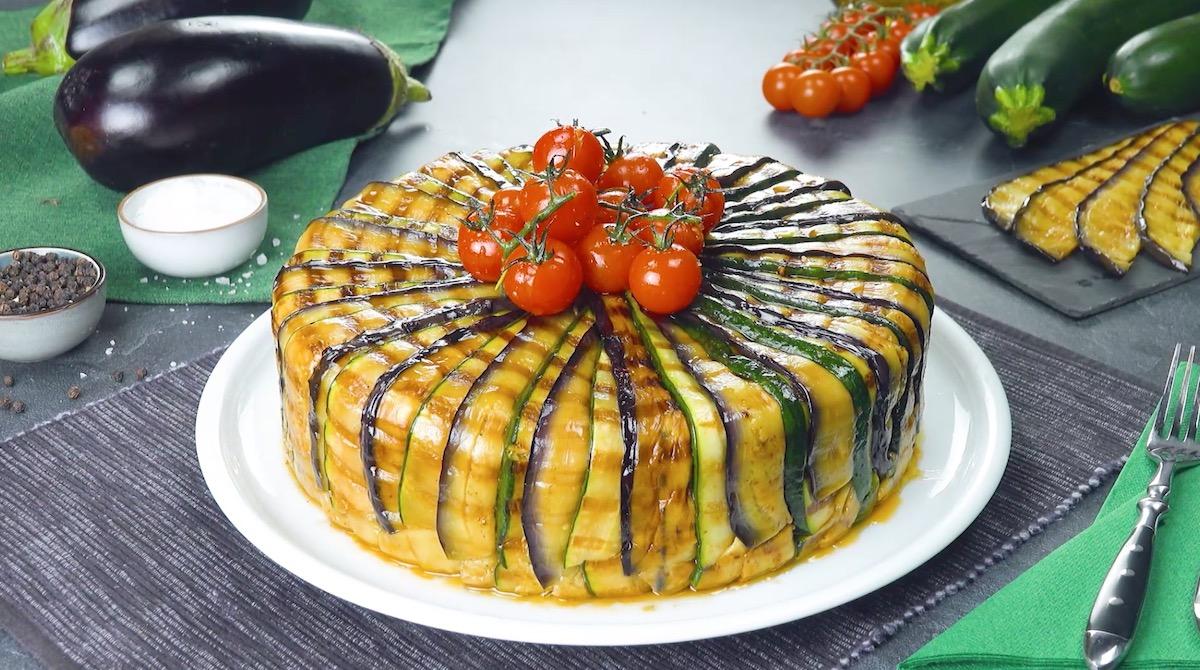 Pastel de berenjena y calabacín relleno de boloñesa y queso feta