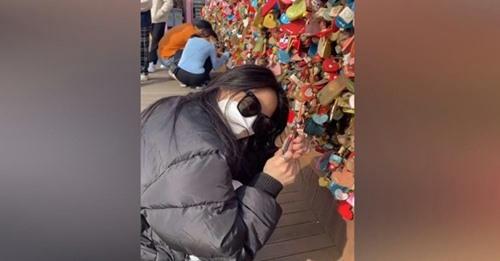 Viaja 10 mil kilómetros para romper el «candado de amor» que dejó con su ex en un puente